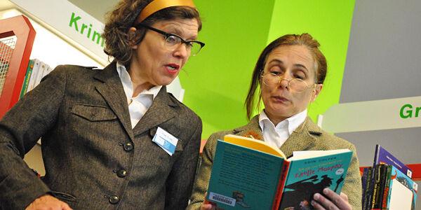 Zwei Frauen lesen in einem Buch