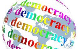 "Weltkugel mit buntem Schriftzug ""Democracy"""