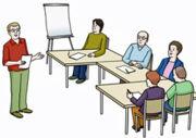 Menschen lernen, gruppiert um einen Tisch