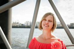 Autorin Verena Carl am Hamburger Hafen