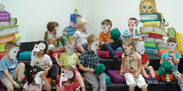 Kinder verkleidet mit Tiermasken