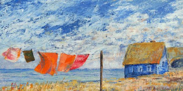 Ein Haus am Meer - Wäsche flattert auf einer Leine im Wind