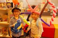 Zwei Kinder mit Luftballon-Kunst