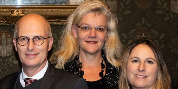 Hamburger Bürgermeister mit zwei Mitarbeiterinnen der Bücherhallen Hamburg