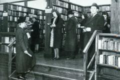 Menschen in der Bücherhalle Kohlhöfen um 1950