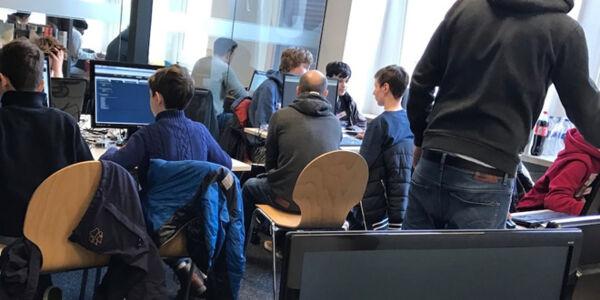 Jugendliche sitzen vor Computern