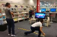 Jungen spielen mit der Wii