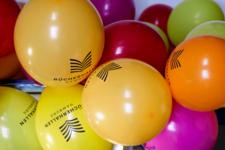 Bunte Luftballons mit Bücherhallen-Logo