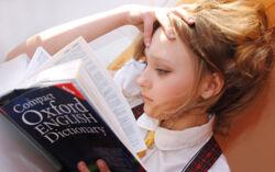Ein Mädchen liest ein englisches Buch
