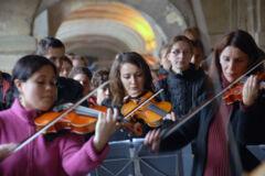 Orchester mit Geigen