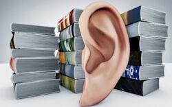 Ein großes Ohr vor Bücherstapeln