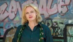 Autorin Karen Duve vor einer mit Graffiti verzierten Wand
