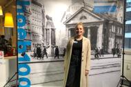 Frau vor historischer Fotowand