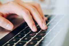 Hand über Laptop-Tastatur