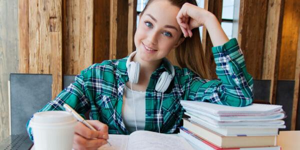 Schülerin schreibt in ein Heft