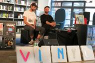 Zwei Männer präsentieren Raritäten auf Vinyl