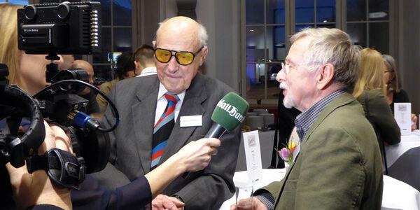 Ein Medienbote und sein Kunde werden interviewt