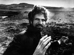 Schwarz-Weiss-Foto eines Mannes