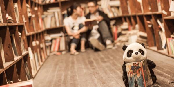 Stoff-Pandabär mit Buch
