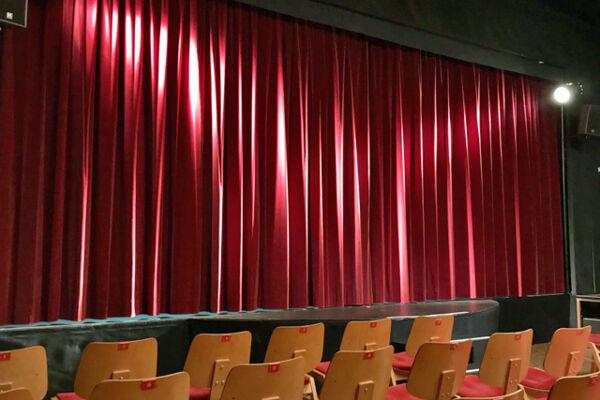 Bühne mit geschlossenem roten Vorhang