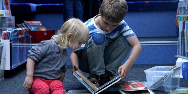 Kinder im Hamburger Bücherbus