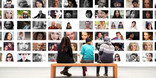 Fotowand mit Menschen unterschiedlicher Nationalitäten und Altersgruppen