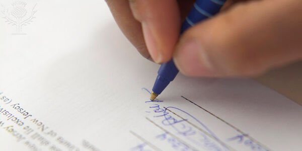 Jemand leistet eine Unterschrift