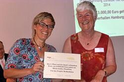 Christine Rißmann erhält Preis von Dagmar Hirche