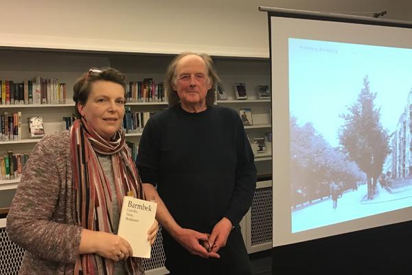 Eine Frau und ein Mann präsentieren ein Buch