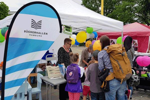 Bücherhallenstand auf dem Stadtteilfest in Bramfeld