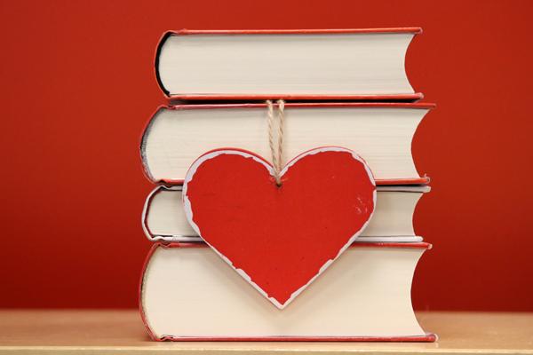 Bücherstapel mit Herz
