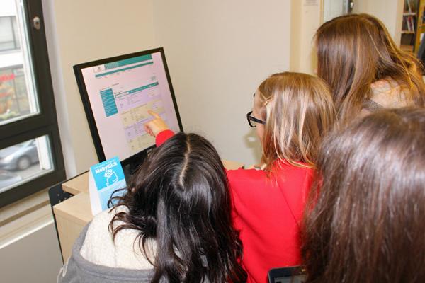 Schülerinnen vor einem Computer-Bildschirm