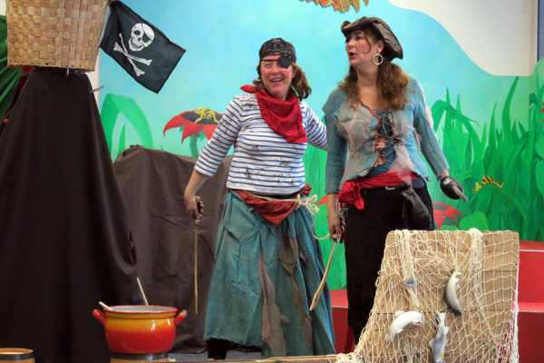 Zwei Piratinnen mit Säbeln