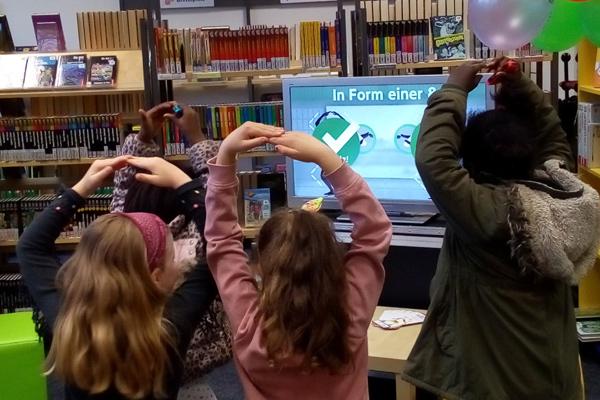 Kinder haben Spaß mit digitalen Spielen