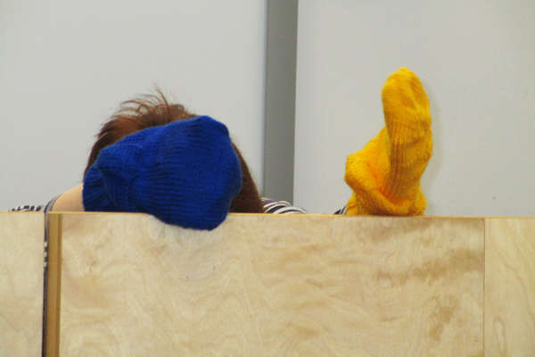 Theateraufführung mit einer blauen und einer gelben Socke