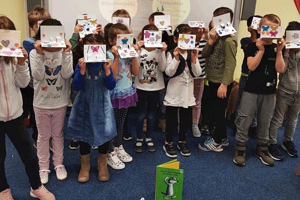 Kinder präsentieren gebastelte Pop-up-Karten
