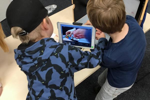 Jungen drehen einen Trickfilm