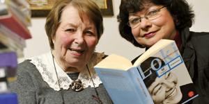 Zwei Frauen mit einem Buch