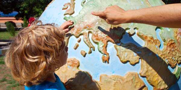 Kind vor einem Globus