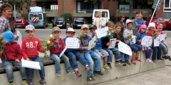 Kita-Kinder gratulieren zum 50. Geburtstag der Bücherhalle Dehnhaide