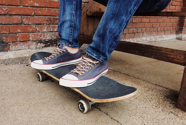 Füße auf einem Skateboard