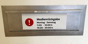 Hinweisschild auf Rückgabeautomat vor der Zentralbibliothek