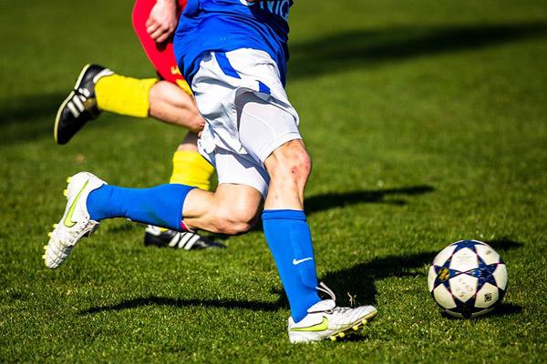 Zwei Fußballspieler und ein Ball