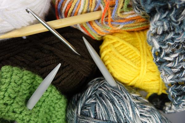 Grüne Wolle und Stricknadeln