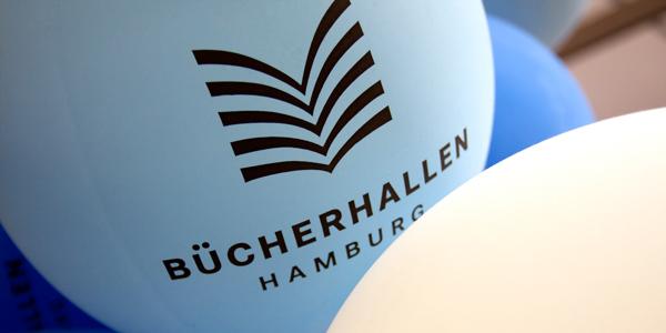 Luftballons mit Bücherhallen-Logo